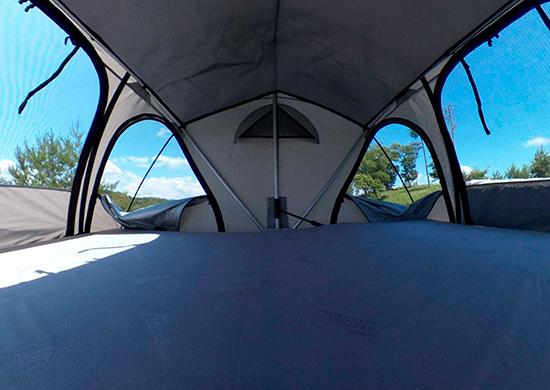 大きな網戸と快適なフロアクッションも標準装備